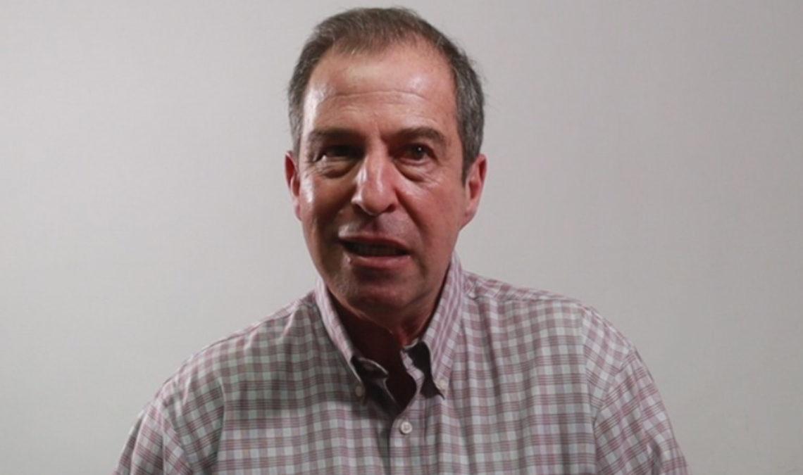 Fotografía de Sergio Gerardo García Kabande, un hombre de mediana edad, con cabello corto, entrecano. La fotografía solo muestra su rostro, de forma alargada, y parte de una camisa de rayas y cuadros pequeños.