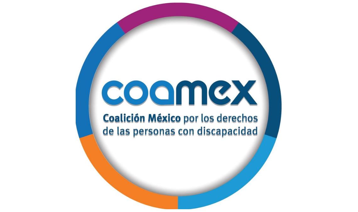 """Imagen con el logotipo de COAMEX, un círculo compuesto de cinco bloques de diferentes colores, violeta, azul marino, azul claro, naranja y morado, tiene escrito dentro """"COAMEX"""", las letras COA de color azul claro, las letras MEX de color azul fuerte y en ese mismo color, debajo, en letras de tamaño más pequeño, tiene escrito: """"Coalición México por los derechos de las personas con discapacidad""""."""