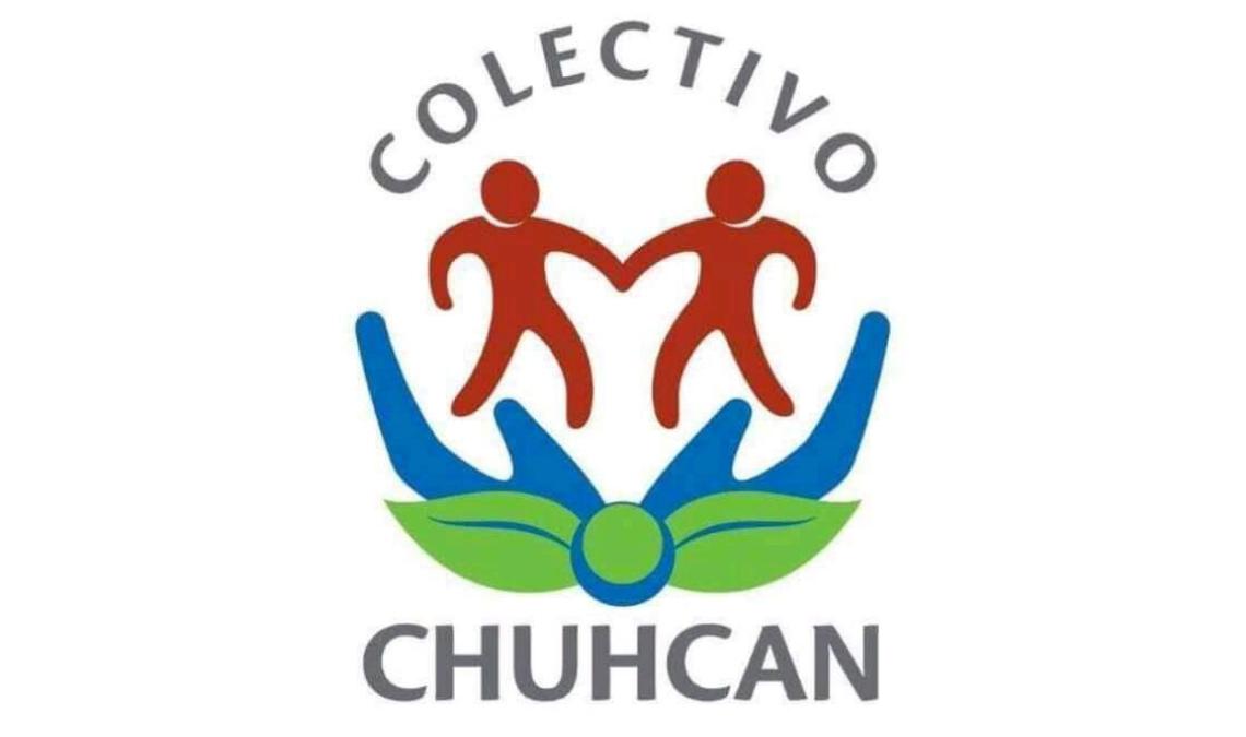 Imagen con el logotipo de Colectivo Chuhcan, representación gráfica de dos personas de color marrón, tomadas de la mano, se encuentran de pie, flotando sobre dos manos de color azul abiertas con las palmas hacia arriba con dos hojas de color verde debajo. Texto en la imagen: Colectivo Chuhcan.