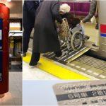 Collage de tres fotografías de la Japan National Tourism Organization, que muestra algunos de los dispositivos de accesibilidad con que cuenta el transporte público para apoyar a las personas con discapacidad y adultas mayores. A la derecha, está un cilindro rojo de gran tamaño donde está la señalización para usuarios con discapacidad. A la derecha, se ve como una persona con abrigo gris oscuro empuja la silla de ruedas de una usuaria encima de una rampa plegable que instalan en todos los accesos al metro y a los autobuses para que puedan subir con comodidad y seguridad. Y en la parte inferior se ve un panel en braille en la puerta automática de un andén.