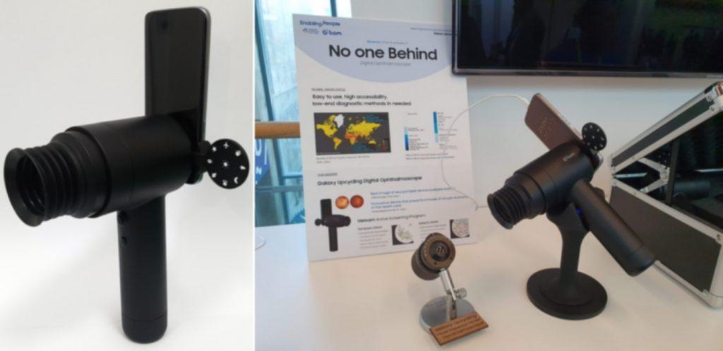 """Par de fotografías del dispositivo creado por Samsung para apoyar consultas oftalmológicas.  Del lado izquierdo es un acercamiento a un teléfono Galaxy que se convierte en el cerebro de la cámara de fondo de ojo EYELIKE, que se conecta a un accesorio de lente para que el médico realice un diagnóstico perfeccionado del fondo de ojo, mientras el teléfono capta imágenes. En el lado derecho está el mismo dispositivo, más alejado, sobre una mesa, donde está un cartel con un letrero que dice """"No one Behind"""" (nadie detrás)."""