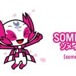Imagen de Someity, la mascota de los Juegos Paralímpicos Tokio 2020. Es un personaje animado, color blanco con zonas rosas, en los brazos, zapatos, ojos y unas enormes orejas. El rosa está asociado a la flor de cerezo de la que proviene su nombre. Es un muñeco simpático de enorme cabeza, cuyo tamaño supera al del resto del cuerpo, que es delgado. Sonríe y cierra los ojos. En su frente, como un tatuaje tiene el logotipo de los Juegos Paralímpicos en color gris.