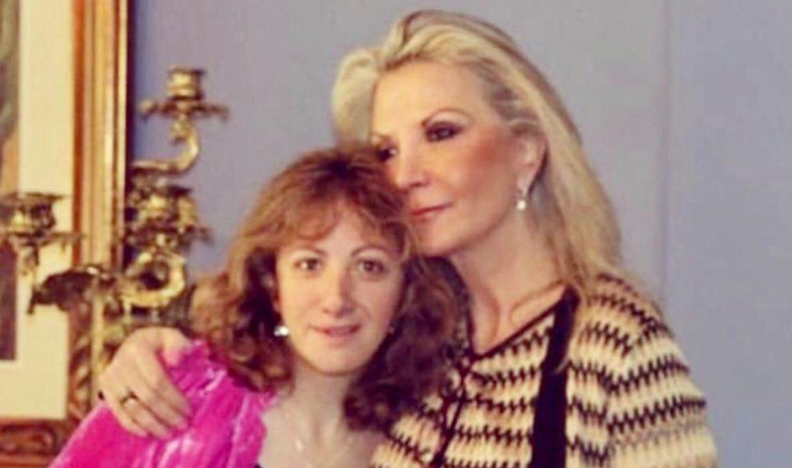 Fotografía de dos mujeres. Son Tatiana, a la izquierda, con su mamá, la empresaria Gina Diez Barroso, que la abraza. Tatiana es una joven con discapacidad, delgada, de cabello al hombro, color marrón, de grandes ojos y sonriente. Su mamá es una mujer alta y delgada, de cabello rubio, que luce una blusa a rayas en colores café y beiges.
