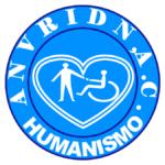 """Imagen con el logotipo de la Asociación Civil ANVRIDN, un círculo de color azul, con la silueta de color negro, en forma de media luna, siguiendo la forma del círculo tiene escrito: """"ANVRIDN A.C."""" en la parte superior, en la parte inferior tiene escrito: """"Humanidad"""", al centro, dentro de un ícono de corazón aparece la representación gráfica de un hombre de pie ayudando a una persona usuaria de silla de ruedas, todos los gráficos y texto son de color blanco sobre fondo azul."""