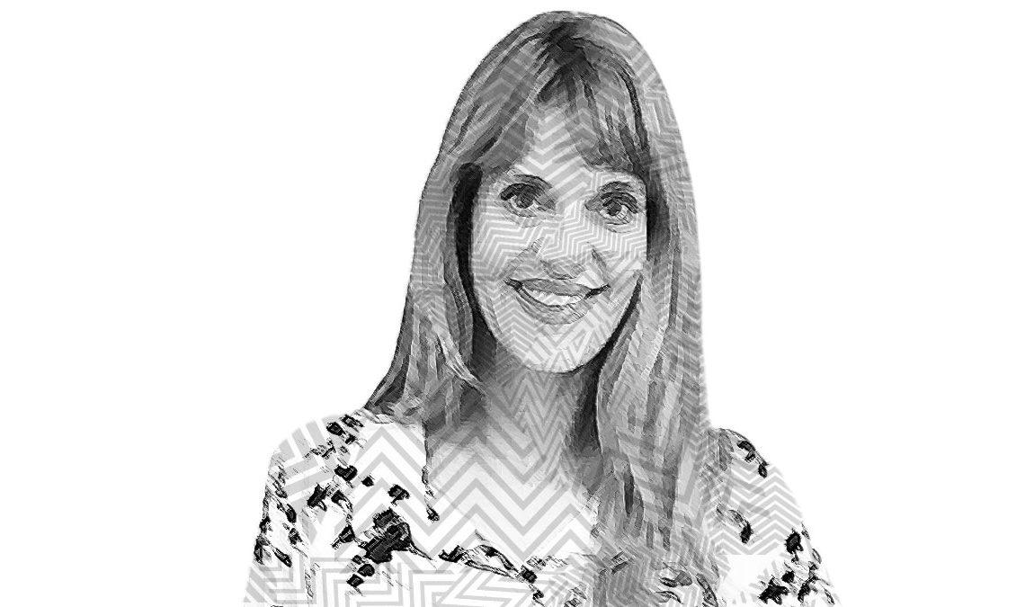 Fotografía a blanco y negro con líneas sobre el rostro Flavia Irós, una mujer joven de cabello largo con flequillo, ojos grandes, pómulos pronunciados y labios anchos; sonríe frente a la cámara mostrando un poco sus dientes delanteros. Se alcanza a notar la solapa de su vestido con tela de flores impresas en él.