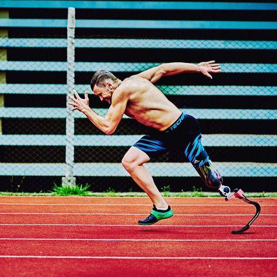 Fotografía del paratleta brasileño Vinicius Rodrigues entrenando, en posición de correr sobre una pista de tartán. Viste licras deportivas en negro y azul turquesa; en el pie derecho trae un tenis negro con verde, y en la pierna izquierda su prótesis que abarca del muslo al pie.