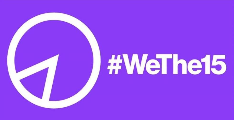 Imagen del logotipo del movimiento We The 15. Sobre un fondo morado, al lado izquierdo en color blanco está delineado un círculo con una rebanada, también en líneas gruesas blancas, que representa el 15 por ciento.  Al lado derecho, en blanco, está el hashtag #WeThe15