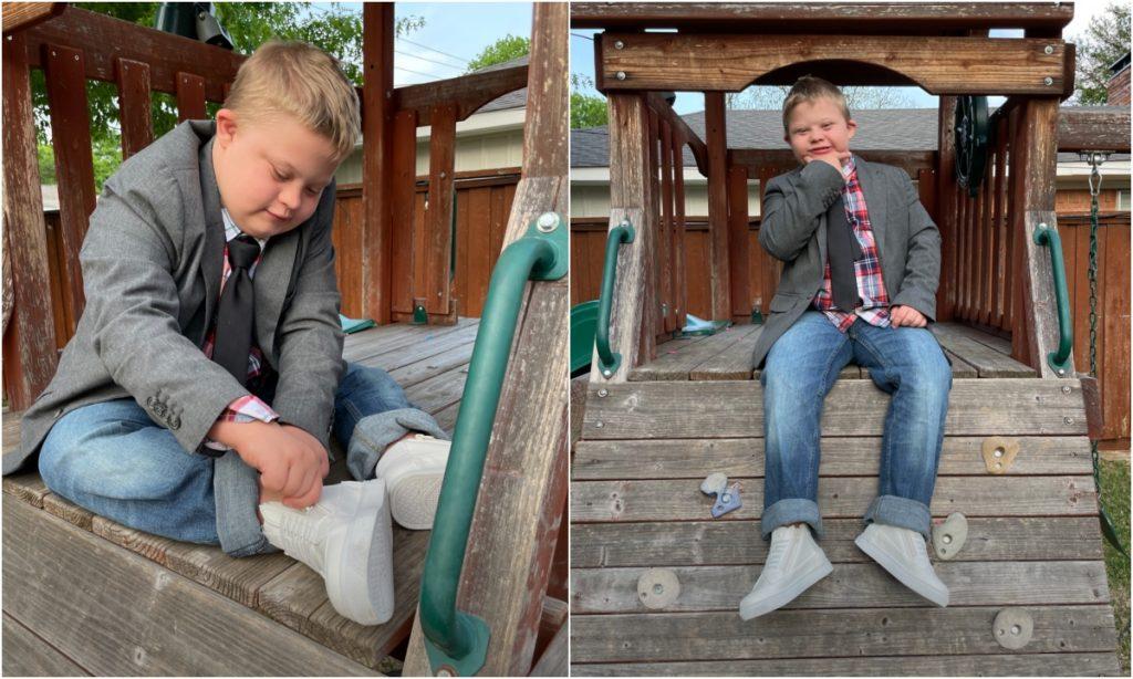 Dos fotografías del mismo niño, de unos 8 o 9 años, que tiene síndrome de Down, y está en una cabaña de madera, de los juegos de jardín. Es rubio y lleva el cabello muy corto. Viste saco gris, con corbata oscura sobre una camisa de cuadros rojos, azules y blancos, que combina con un pantalón de mezclilla azul clara con la parte baja de las piernas dobladas, dejando ver sus tenis blancos. En la primera imagen, el niño está sentado arriba del piso de madera de la casita, concentrado en cerrar el cierre de sus tenis adaptados, y en la segunda, deja que sus piernas cuelguen sobre la casa, mientras con su mano derecha se toma la barbilla y sonríe.