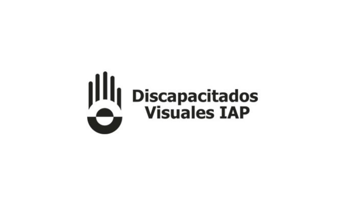"""Imagen con el logotipo de Discapacitados Visuales IAP, es texto negro sobre fondo blanco: """"Discapacitados Visuales IAP"""", a la izquierda del texto hay una representación gráfica de la palma de una mano en señal de """"alto"""", la palma al frente y los dedos extendidos."""