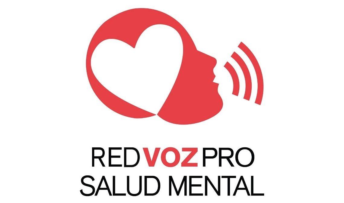 Logotipo de Red Voz Pro Salud Mental, representación gráfica de un rostro humano acomodado de perfil de color rojo, al centro, de color blanco tiene un corazón, hay tres ondas saliendo de su boca, indicando gráficamente que se encuentra hablando, en letras negras las palabras Red Voz Pro Salud Mental.