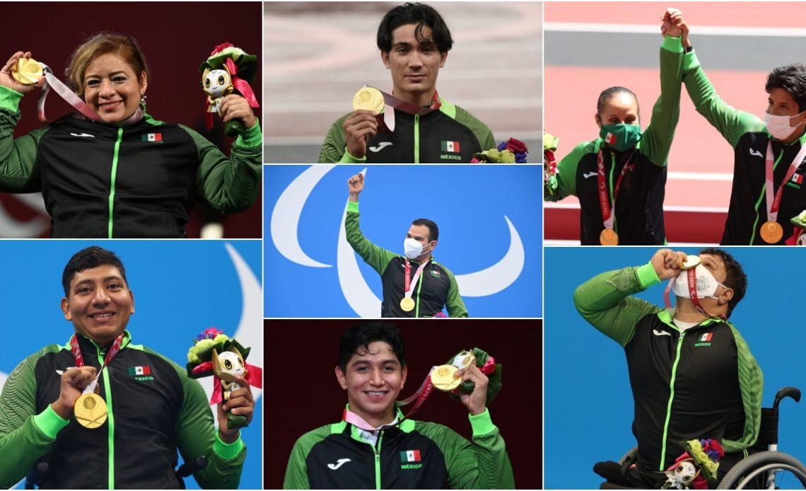 Fotografía de los siete medallistas de oro mexicanos en Tokyo 2020. Todos visten el uniforme negro con mangas en color verde, al igual que el cierre, y con una bandera de México en la parte superior izquierda. Con distintos gestos, pero todos los y las campeonas sostienen sus medallas y muestran orgullo y felicidad, a través de un beso, levantar el puño y sonreír mucho.